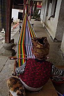 独龙族的原始织布