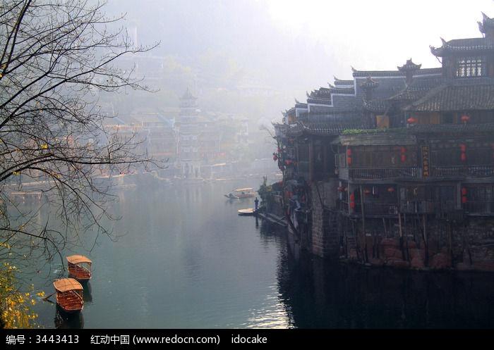 凤凰古城沱江边的游船和吊角楼图片