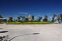 大鹏金翅鸟雕像坐落的花坛