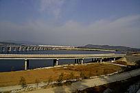 十堰郧阳岛立交桥边的公路