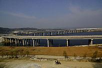 十堰郧阳岛立交桥边的摩托车