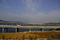 郧阳岛立交桥边上行驶的车辆