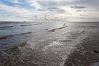 大风中海面的浪花及天空的云