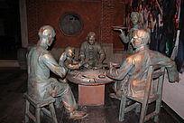 围在桌子边吃饭的人物雕像