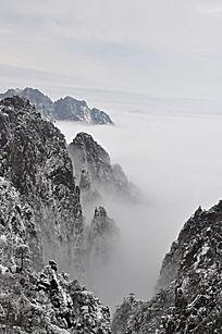 云海中的山峰