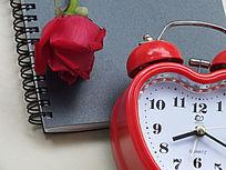 摆拍时钟和玫瑰花朵图片