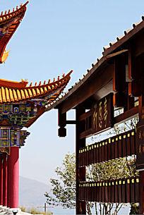 寺院金黄色琉璃瓦翘角下挂满祈愿牌的祈愿亭
