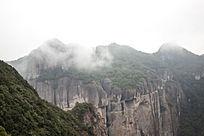 雾蒙蒙的山峰