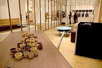 包含各种办公家具、民用家具、生活用品、家居软装的零售店