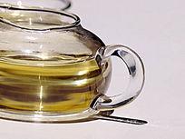 玻璃茶壶茶水特写图片