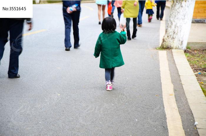 穿绿衣服的小女孩背影