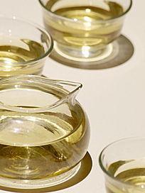 灯光下的玻璃茶壶茶杯图片