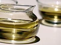 灯光下的玻璃茶壶图片