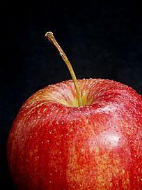 黑色背景下的红苹果特写图片