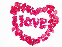 红色玫瑰花瓣摆放的love图片