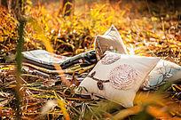 零散的几个靠包放在草地上,沐浴在夕阳中