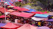 商品街拥挤的遮阳棚摊位