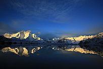天空、雪山、湖泊融为一体