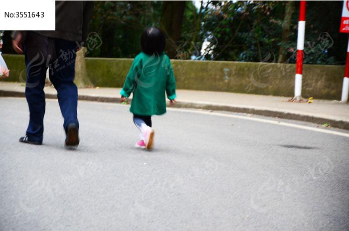 小女孩背影