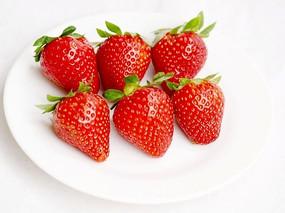摆拍一盘草莓特写图片