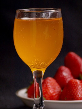 一杯果汁和一盘草莓特写图片