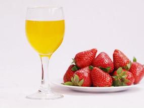 一盘草莓一杯果汁特写图片