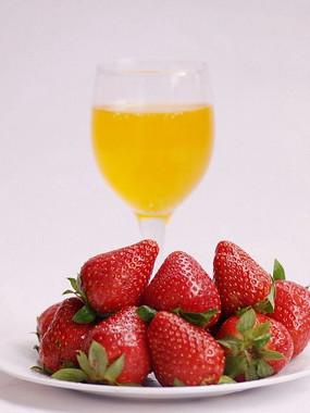 一盘草莓一杯果汁图片