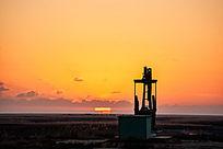 冬季湿地油田太阳冒出地平线