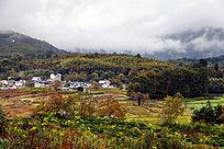 秋季里的村庄
