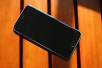 放在木板上的黑色iphoe6高清正面大图