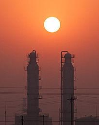 太阳从2座原油稳定塔中升起