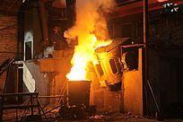 钢铁铸造倾倒铁水