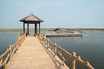 入海口湿地栈道及游客休息凉亭