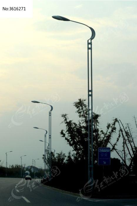 公路上的路灯图片