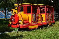 草地上的小火车