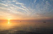 海上日出前天空美丽云彩