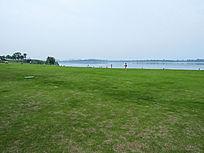 湖北美术学院汤逊湖边的绿草地