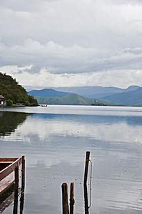 湖光倒影的景色