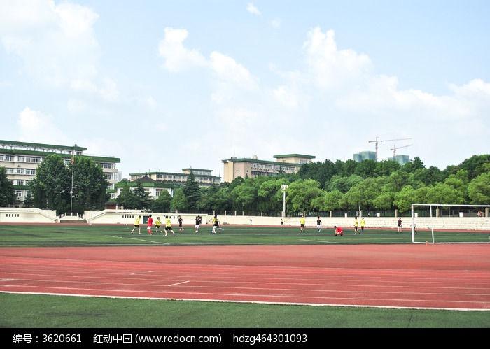 蓝天白云下的武汉中南民族大学足球场图片
