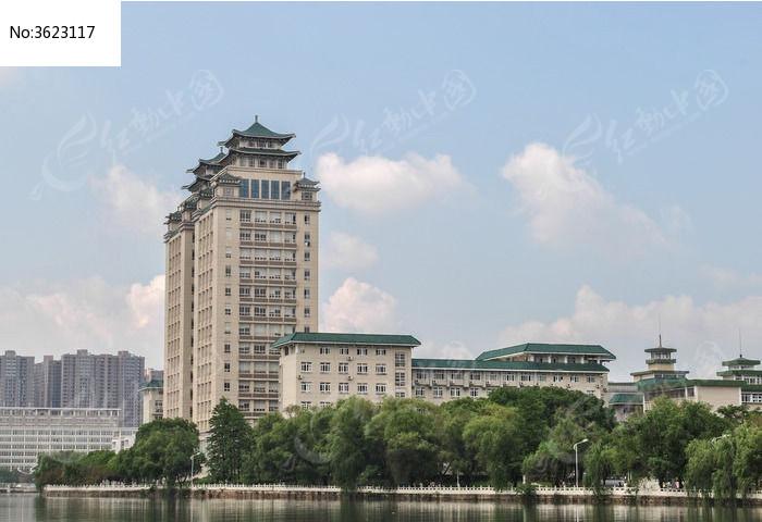 蓝天白云下武汉中南民族大学图书馆建筑群图片