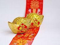 两个金元宝摆放在红包上特写图片