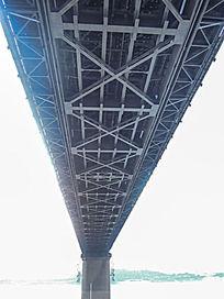 仰视武汉长江大桥钢铁结构
