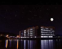 图书馆上星空和月亮