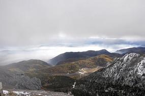 雾中的石卡雪山山峰