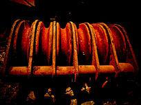 夜晚工地上生锈的钢铁滑轮钢材