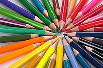 一圈彩色铅笔