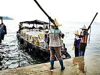 白马井渔港码头的渔民特写图片