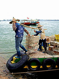 渔港码头搬运工特写图片