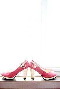 摆在窗台上的粉红色高跟鞋