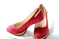 一双粉红色高跟鞋